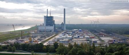 Der Kraftwerksneubau der GDF Suez und die angrenzende Kohlehalde im Rüstersieler Groden