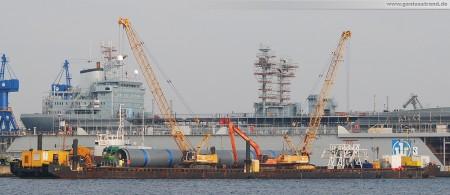 Kraftwerkskühlung des Kohlekraftwerks GDF Suez: PP-Kühlwasserrohr auf Ponton verladen