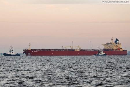 Tanker NS Concept wird zur Löschbrücke bugsiert