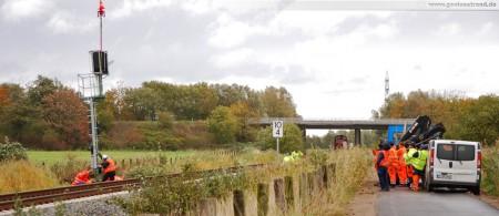 Industriestammgleis Nord - Ölweiche (Weiche 57): Montage der Eisenbahnsignale per Hubschrauber