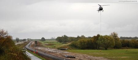 Voslapper Groden Süd - Höhe Deichschäferei: Montage der Eisenbahnsignale per Hubschrauber