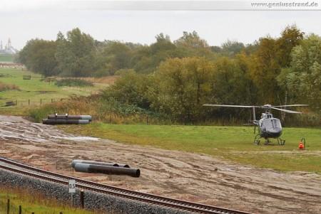 Voslapper Groden Süd: Montage der Eisenbahnsignale per Hubschrauber
