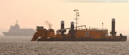 Pontonbagger MP 40 und SWATH-Zollkreuzer Helgoland auf der Jade