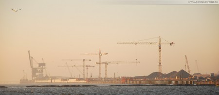 Die Hauptkaje des JadeWeserPorts in der Morgensonne