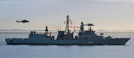 Die Fregatte Köln (F 211) in Begleitung zweier Marinehubschrauber vom Typ Sea Lynx