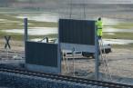 JadeWeserPort: Einbau der Lärmschutzwand im Voslapper Groden-Süd
