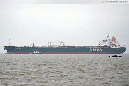 Tanker Kronviken im Jadefahrwasser, davor die Blaue Balje