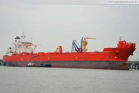 Der Tanker Petroatlantic löscht über 84.000 Erdöl