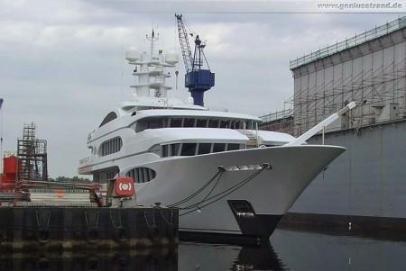 Super-Yacht Vive la Vie in der Neuen Jadewerft in Wilhelmshaven