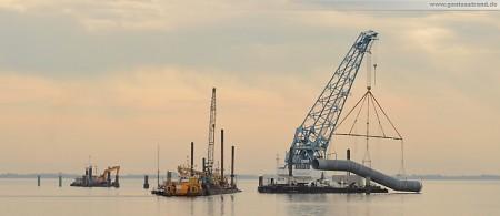 Kraftwerksbaustelle GDF Suez: Die Schwanenhalskonstruktion aus PP-Rohren am Krangeschirr des Jade Lift I