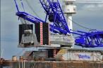 Wilhelmshaven: Terex-Demag CC6800 auf Barge Giant 4 am Nordwestkai