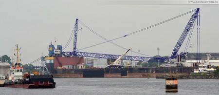 Barge Giant 4 mit Raupenkran Terex-Demag CC 6800 auf dem Weg nach Hooksiel zur Bard VM Nearshore-WKA