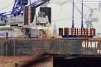 Giant 4 mit Raupenkran Terex-Demag CC 6800 auf dem Weg nach Hooksiel