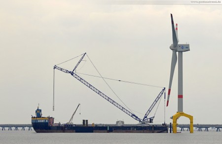 Barge Giant 4 an der Nearshore-Windkraftanlage Bard VM in Hooksiel