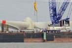 Hooksiel: Raupenkran demontiert Rotornabe der Windenergieanlage Bard VM