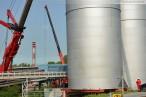 Liebherr LTM 11200-9.1 hievt Ammoniaktanks in Wilhelmshaven