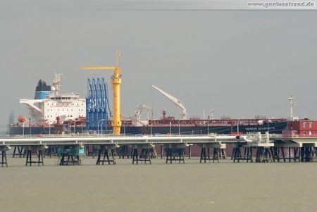 Tanker Genmar Spartiate löscht 75.000 t Rohöl an der NWO-Löschbrücke