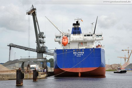 Frachtschiff Beltnes löscht am Lüneburgkai 29.000 t Splitt
