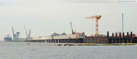 Wilhelmshaven: JadeWeserPort Baustelle von Seeseite Juli 2011 - Blick über die gesamte Kajenlänge von 1.725 Metern