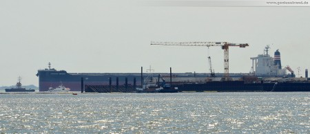 Wilhelmshaven: JadeWeserPort Baustelle von Seeseite Juli 2011 - Frachtschiff Frontier Coronet (292 m)