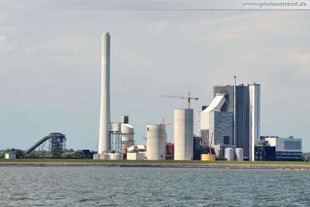 Wilhelmshavener Kraftwerksneubau von Seeseite mit Waggonbeladeanlage