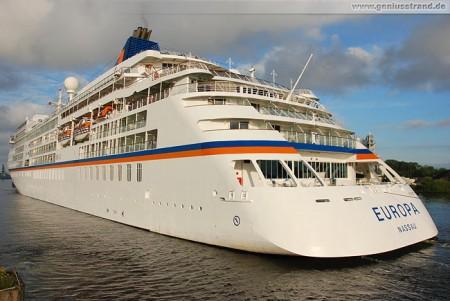 Wilhelmshaven: Die MS Europa wird zu ihrem Liegeplatz bugsiert