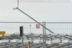 JadeWeserPort: Hubschrauber installiert Lampen & Signale für die Gleisanlage