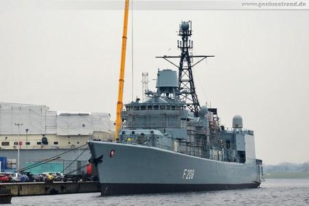 Wilhelmshaven: Die Fregatte Niedersachsen (F 208) liegt am Hannoverkai