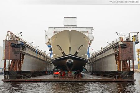 Wilhelmshaven: Die Luxusyacht Pelorus im Schwimmdock der NJW