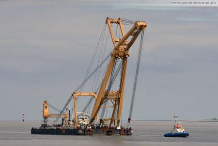 Schwimmkran Taklift 4 mit Schlepper Ensor in Wilhelmshaven