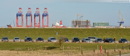 JadeWeserPort: Erste Eurogate Containerbrücke mit der Nummer 4 wird an Land gezogen