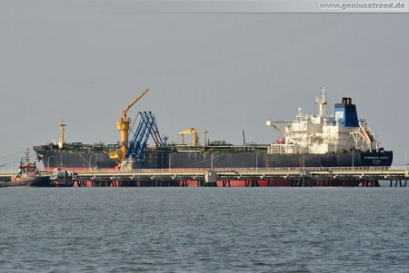Tanker Overseas Cathy am Löschkopf Nummer 2