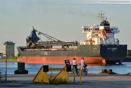 Wilhelmshaven: Frachtschiff CSL Thames beim einschleusen