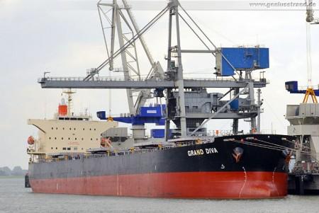 Wilhelmshaven: Frachtschiff Grand Diva an der Niedersachsenbrücke
