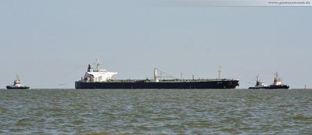 Der Öltanker Katja wird von den Schleppern Wilhelmshaven, Blexen und Bugsier 1 zur NWO-Löschbrücke geschleppt