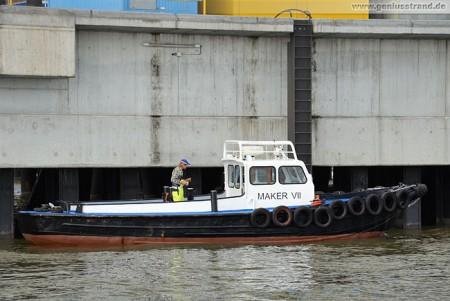 Wilhelmshaven: Das Festmacherboot Maker VII an der Niedersachsenbrücke