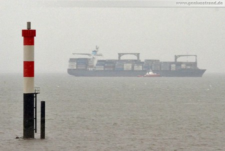 Containerschiff Esther Schulte läuft bei strömenden Regen den CTW/JWP an