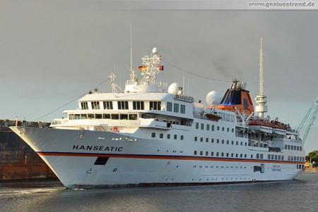 Wilhelmshaven: Kreuzfahrtschiff MS Hanseatic wird zum Bontekai geschleppt