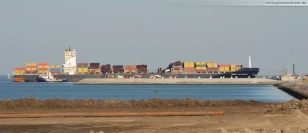 Wilhelmshaven: Containerschiff MSC Flaminia hat den JadeWeserPort erreicht (Schlepperhafen im Vordergrund)