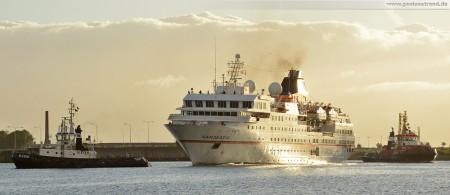 Wilhelmshaven: Kreuzfahrtschiff Hanseatic wird von den Schleppern Blexen und Wal Achtern voran zum Bontekai bugsiert