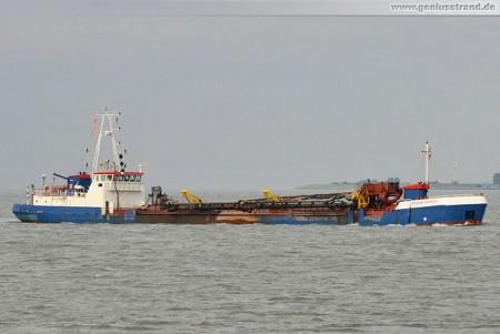 Wilhelmshaven: Saugbagger Zeezand Express im Jadefahrwasser unterwegs