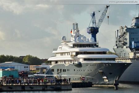 Luxusyacht Radiant in Wilhelmshaven bei der Neuen Jadewerft