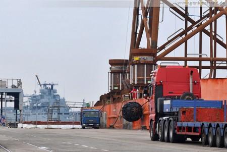 Wilhelmshaven: Das Stahlgerüstfundament wird demnächst an Land gehievt