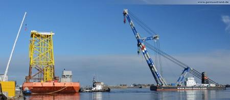Wilhelmshaven Nordhafen Hannoverkai: Schwimmkran Matador 3 hievt Stahlfundament vom Schwerlastponton UR 161