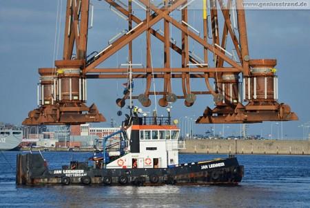 Wilhelmshaven Hannoverkai: Schwimmkran Matador 3 hievt Stahlfundament