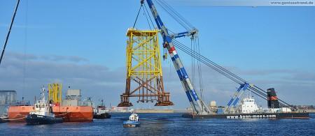 Wilhelmshaven: Nordhafen Hannoverkai Offshore Stahlfundament Schwimmkran Matador 3