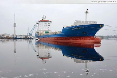 Containerschiff Hanse Confidence im Ausrüstungshafen als Auflieger