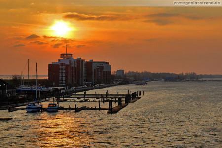 Wilhelmshaven: Sonnenuntergang über dem Großen Hafen