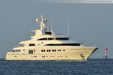 Schiffsbilder Wilhelmshaven: Die Luxusyacht Secret (Majestic) auf der Jade