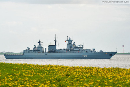 Die Fregatte Mecklenburg-Vorpommern (F 218) im Jadefahrwasser